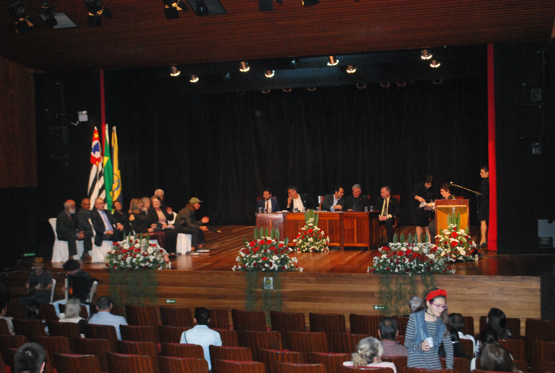 Sessão solene para entrega de 12 títulos de cidadania e um Diploma do Mérito Desportivo e Cultural acontece nesta quarta-feira (05) no Teatro Dona Zenaide