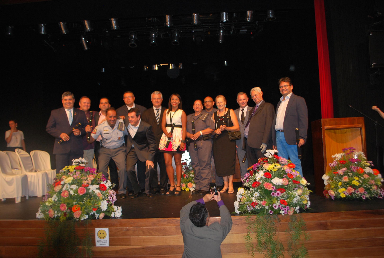 Emoção e lágrimas marcam entrega de títulos de cidadania no Teatro Dona Zenaide