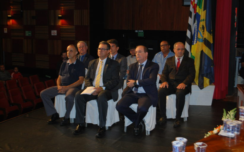 Vereadores entregam honrarias na segunda sessão solene no Teatro Dona Zenaide
