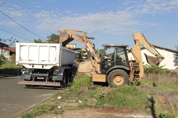 Prefeitura realiza coleta de entulho e restos de móveis em três bairros de Jaguariúna